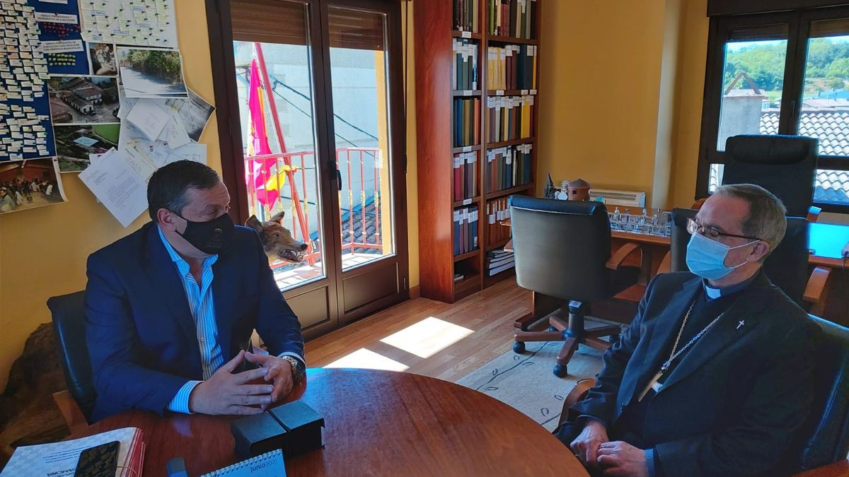 Javier Faúndez y el obispo Fernando Valera reunidos en Trabazos.