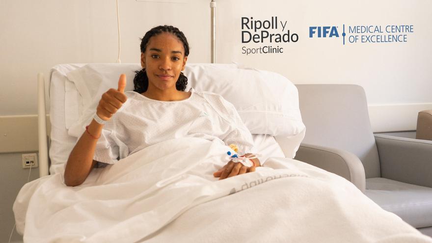 El doctor Ripoll interviene de una lesión en la rodilla a Salma Paralluelo, atleta y jugadora del Villarreal