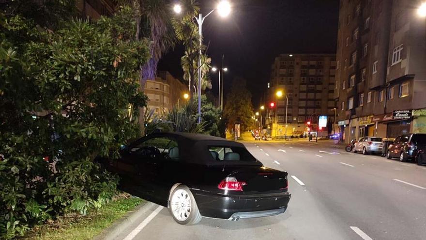 Da positivo tras subir su coche a la mediana en la avenida de Arteixo