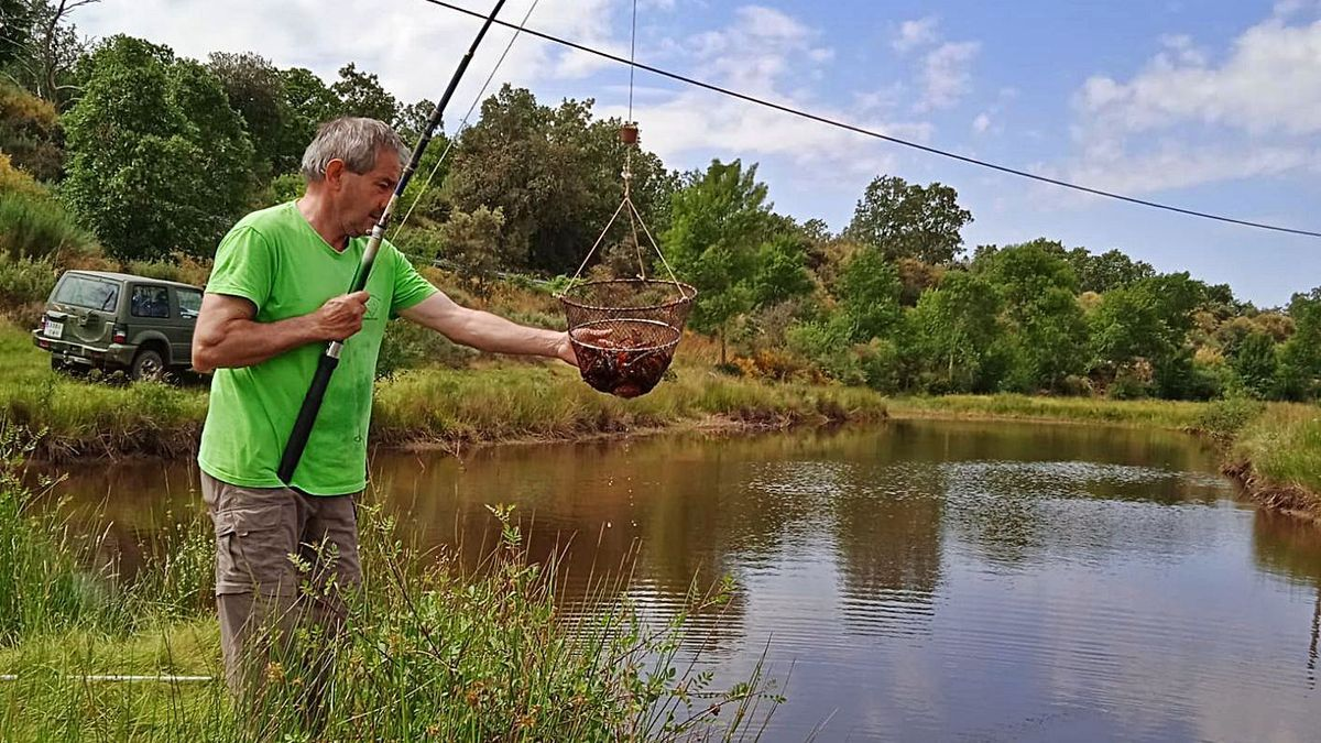 """Juanito """"Canucho"""" pesca cangrejos en un río alistano.   Chany Sebastián"""