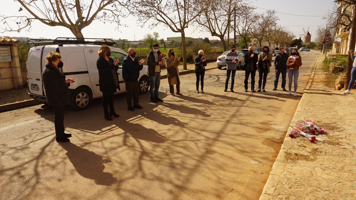 La piedra ha sido colocada frente a la casa natal de Joan Llompart Garau, hoy en Algaida.