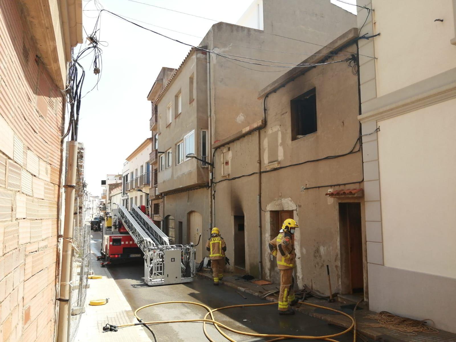 Incendi a un pis de l'Escala