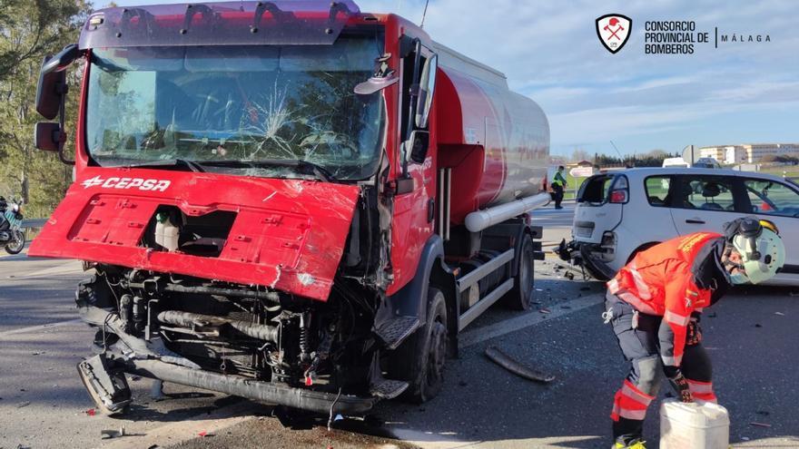 Dos heridos al chocar un camión de gasoil y dos turismos en Campillos