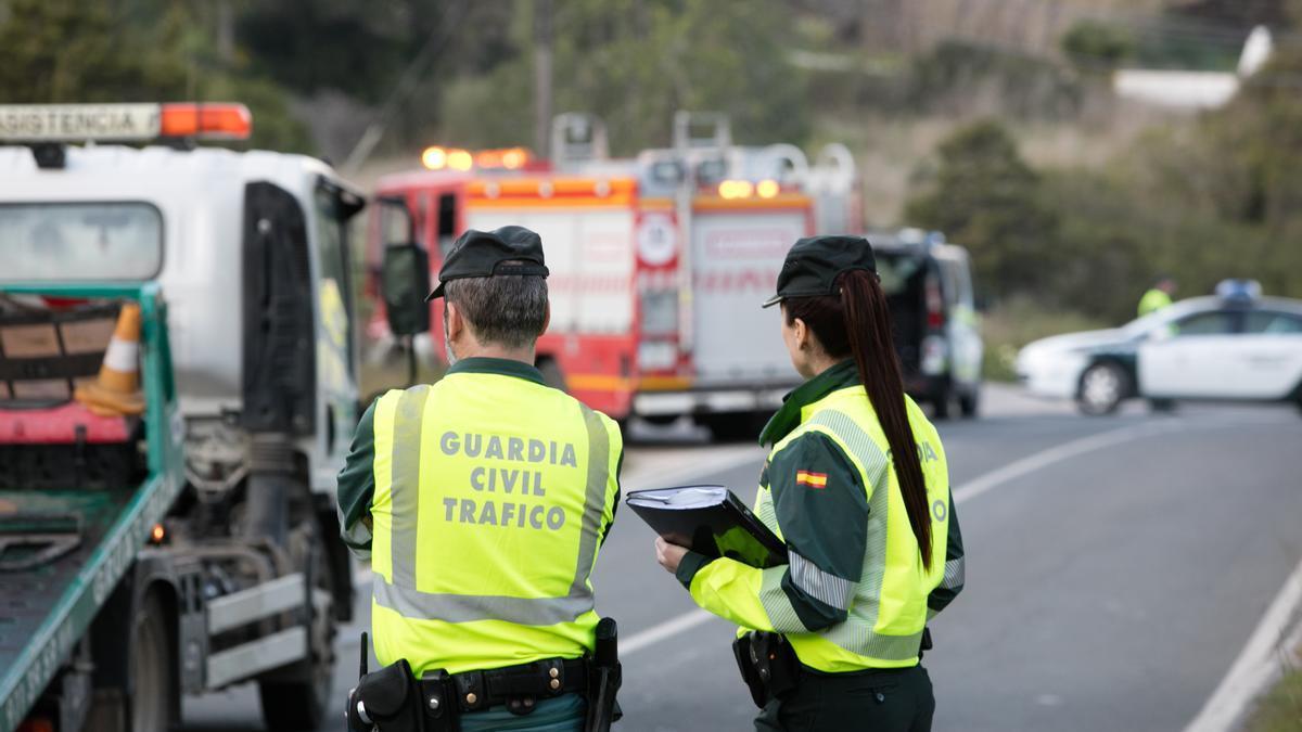 Agentes de la Guardia Civil de Tráfico en un accidente reciente. Vicent Marí