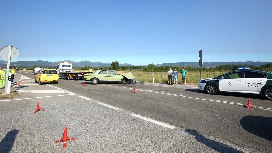 Un turismo y un camión protagonizan un aparatoso accidente en la N-VI en León