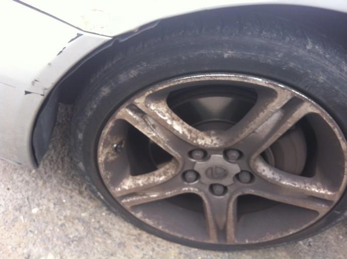Deja el coche aparcado en Arucas y le pinchan las cuatro ruedas