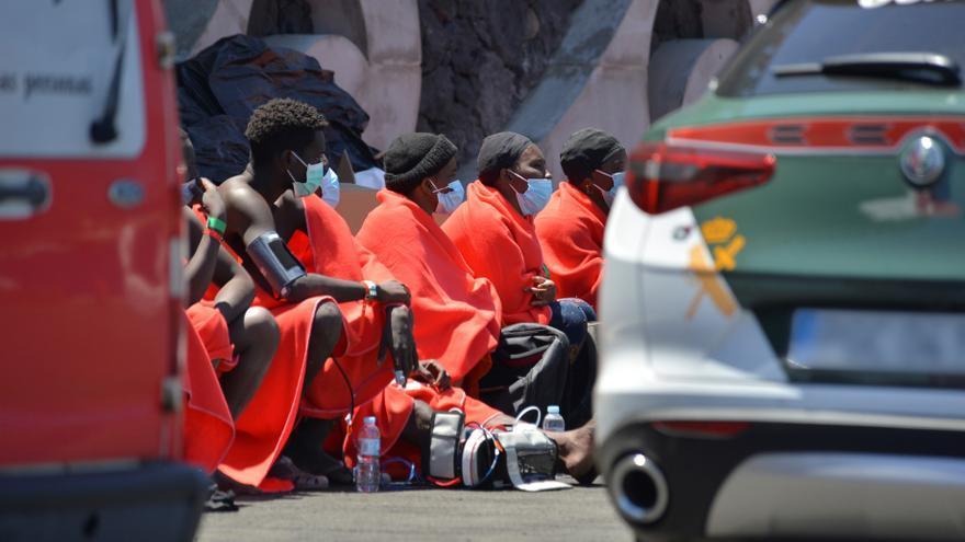 Localizan un cayuco con más de 30 migrantes al suroeste de El Hierro