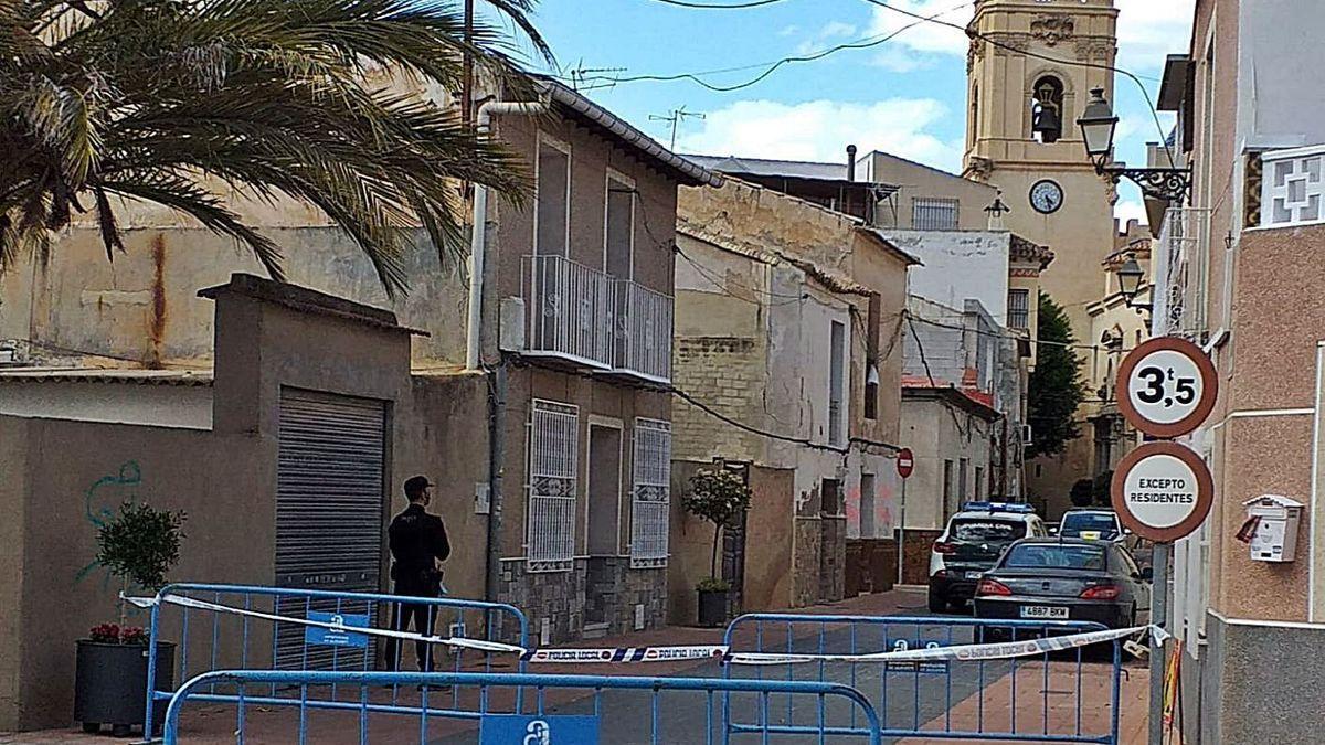 Un agente vigila la zona de Catral, en Alicante, donde tuvo lugar el tiroteo de Viernes Santo
