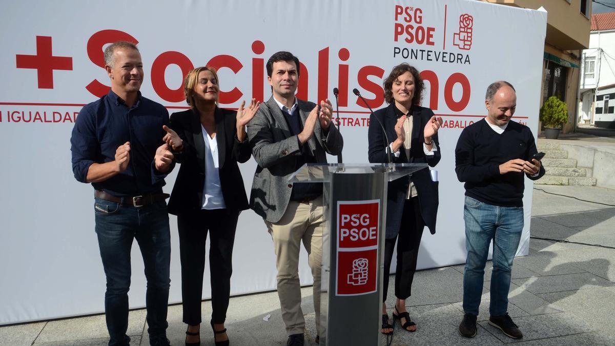 María Ferreirós y otros dirigentes socialistas, en Valga.