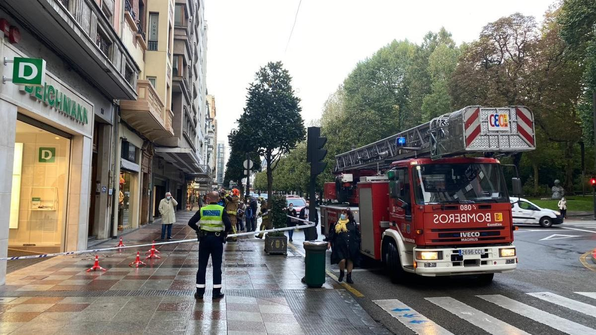 La caída de unos cascotes obliga a cerrar una acera de la calle Uría de Oviedo