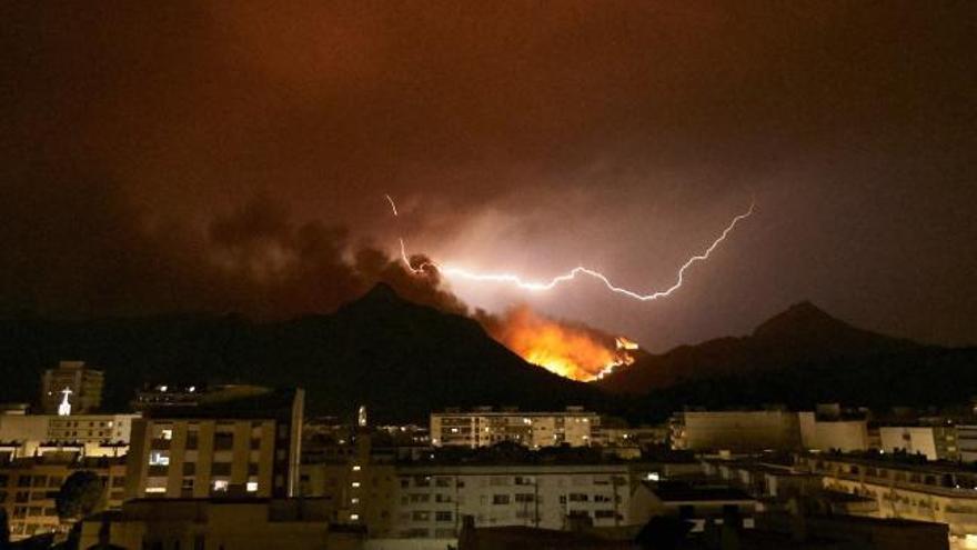 El incendio de Valencia sigue sin control y arrasa más de 2.600 hectáreas