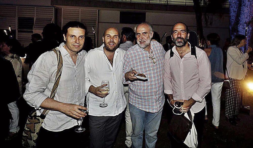 Los músicos Xisco Aguiló, Miquel Àngel Aguiló y Alfredo Ardanaz junto al crítico de música de Diario de Mallorca, Pere Estelrich, el pasado miércoles en los jardines del periódico.