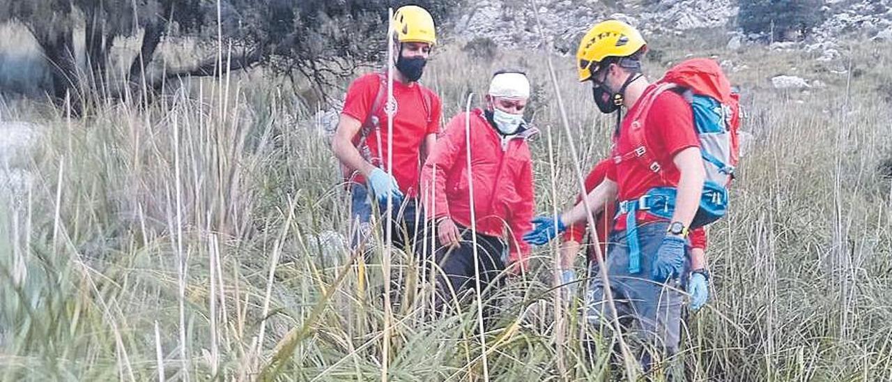 Los bomberos acompañaron al joven herido.