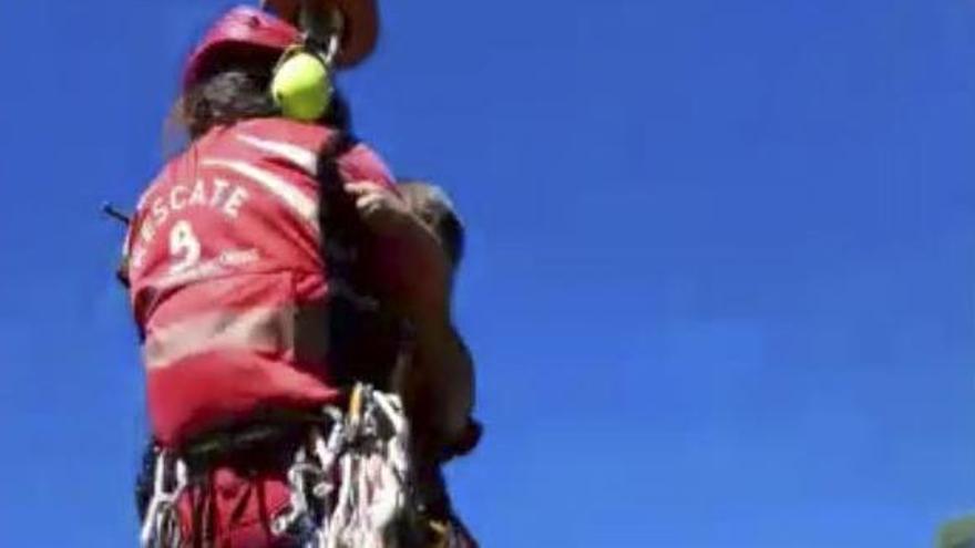 Rescatan en helicóptero a un padre y sus tres hijos tras quedarse aislados en el pedrero de la playa de Tereñes (Ribadesella)