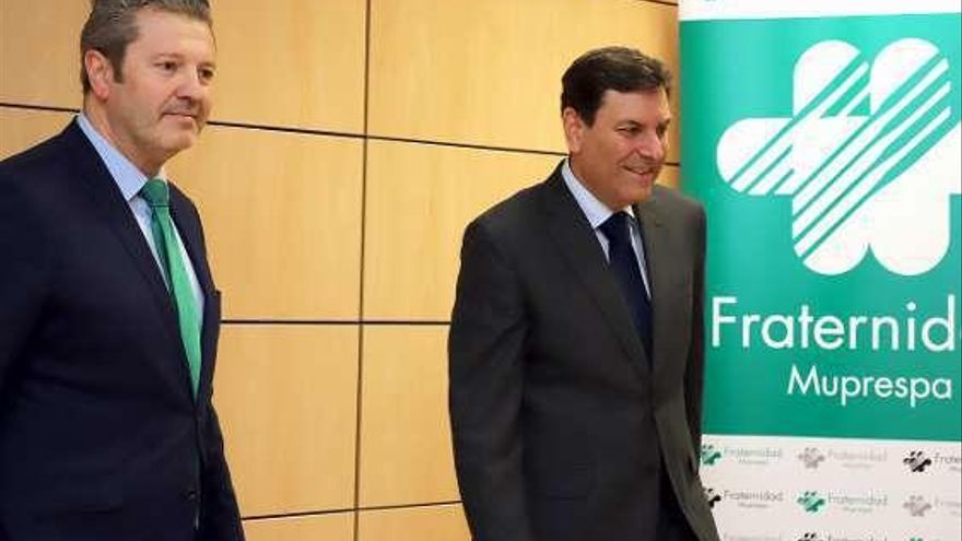El consejero de Empleo, Carlos Fernández Carriedo (a la derecha).