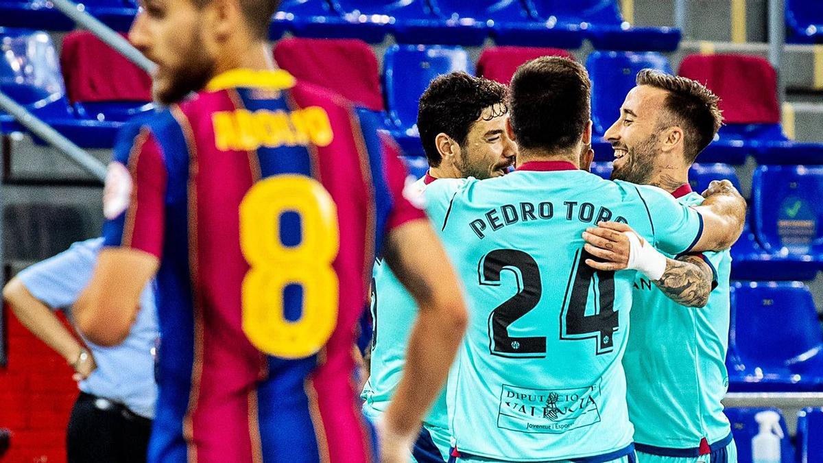 Los jugadores del Levante UD FS celebran su primera victoria ante el Barça esta temporada, que llegó en los penaltis tras un 2-2. | LUDFS