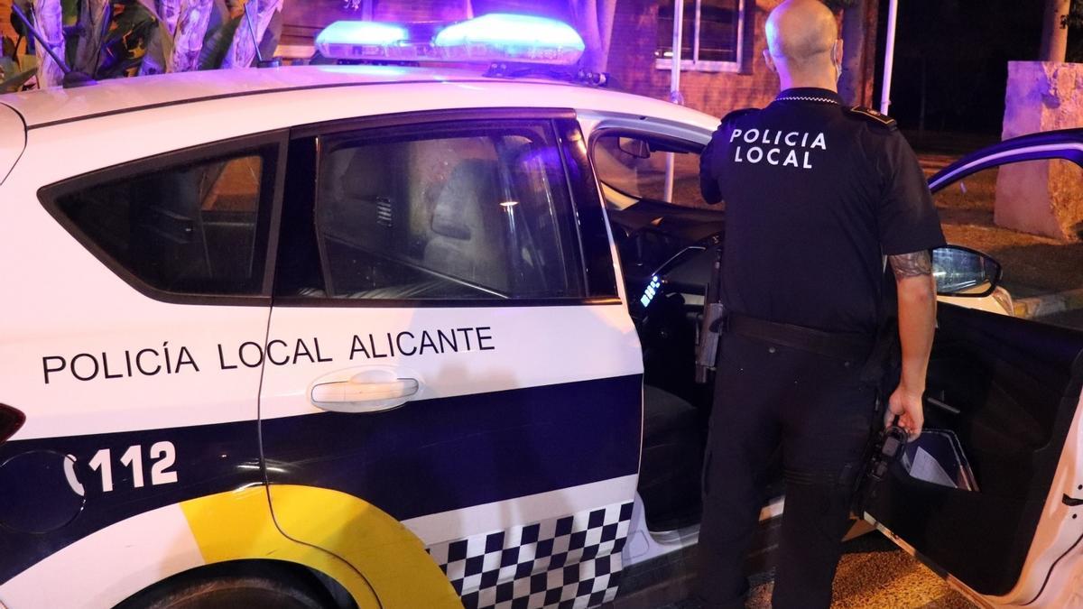 Un policía local de Alicante del servicio nocturno.