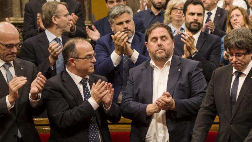 """El pleno de """"desconexión"""" sigue enfrentando a Cataluña un año después"""