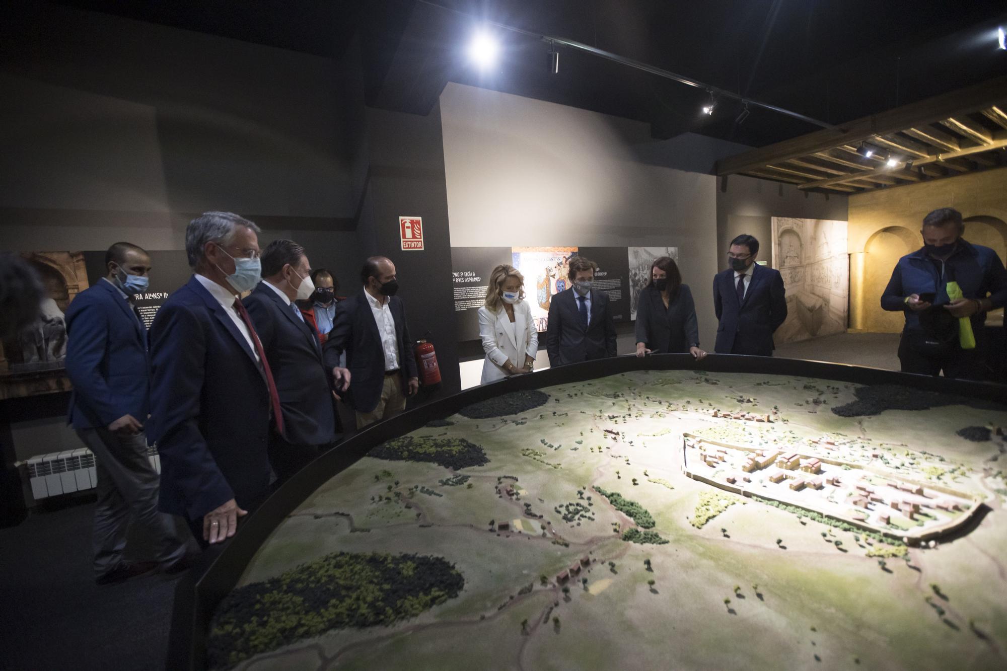 """El alcalde de Madrid visita la exposición de LA NUEVA ESPAÑA """"Camino Primitivo. Oviedo"""""""