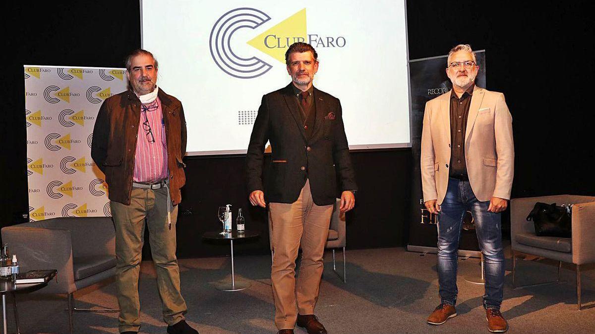 El librero Xurxo Patiño, el conferenciante Francisco Narla (c) y el escritor Teo Palacios (1d).