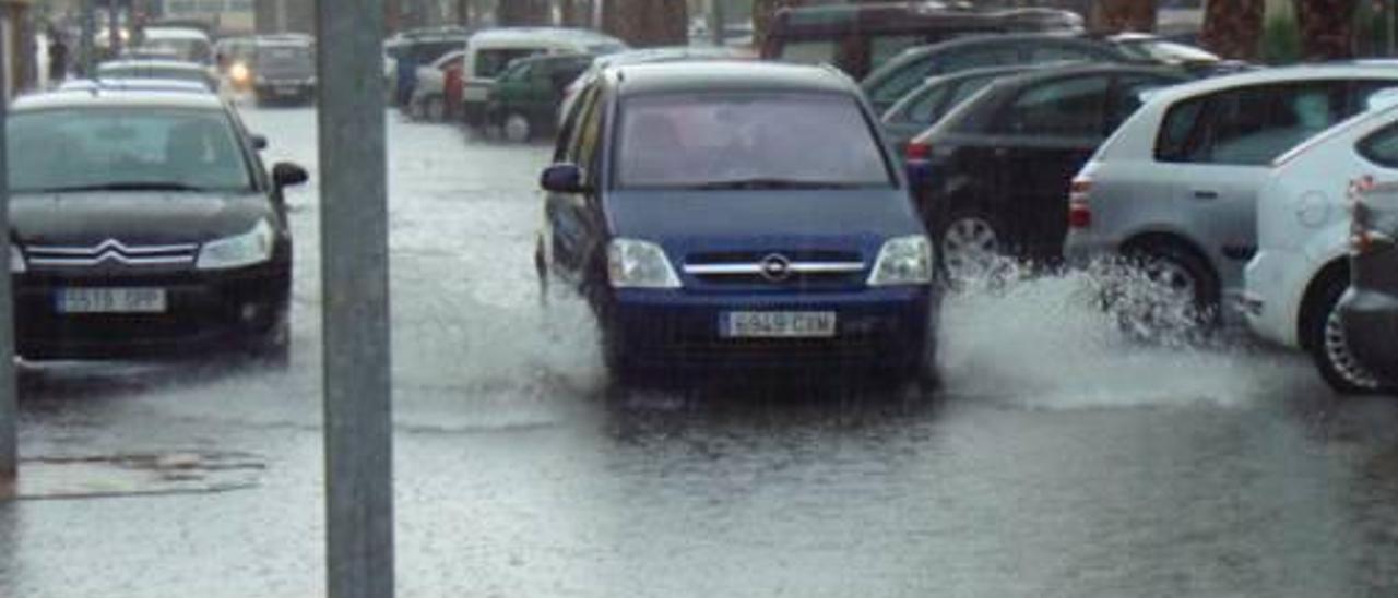 El alcalde de Tavernes pide disculpas al no poder evitar las inundaciones en la playa