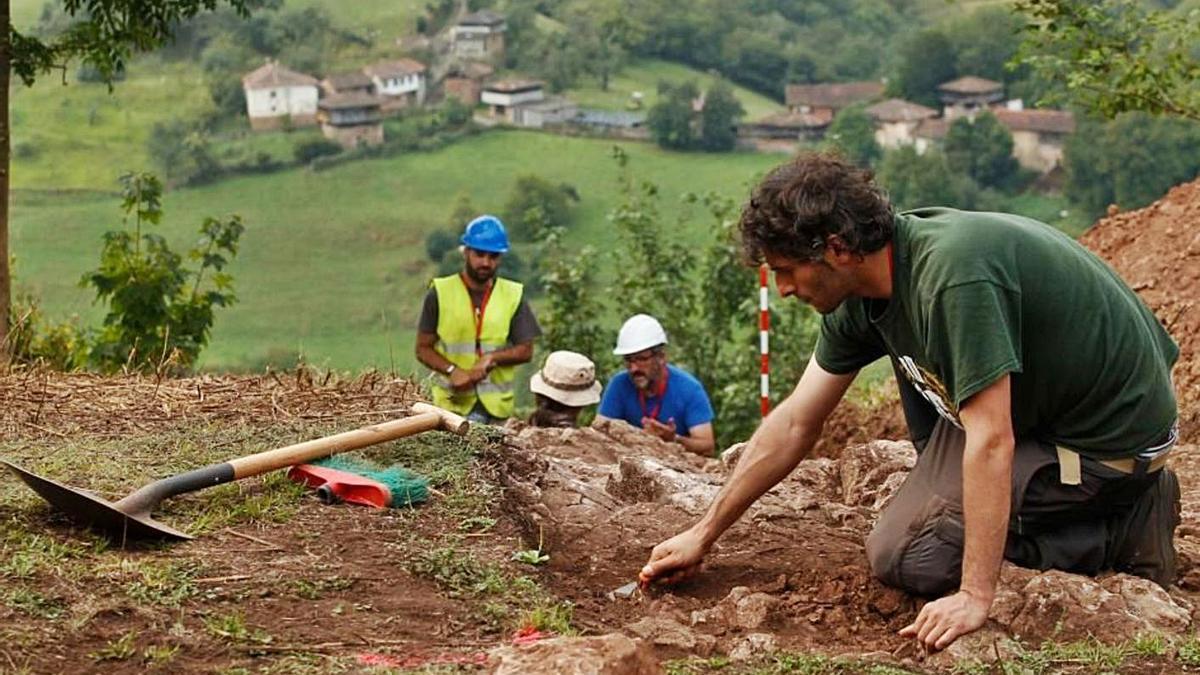 """El arqueólogo José Antonio Fanjul, """"Tono"""", durante los trabajos en el castro de Peña Aguda, en Belmonte."""