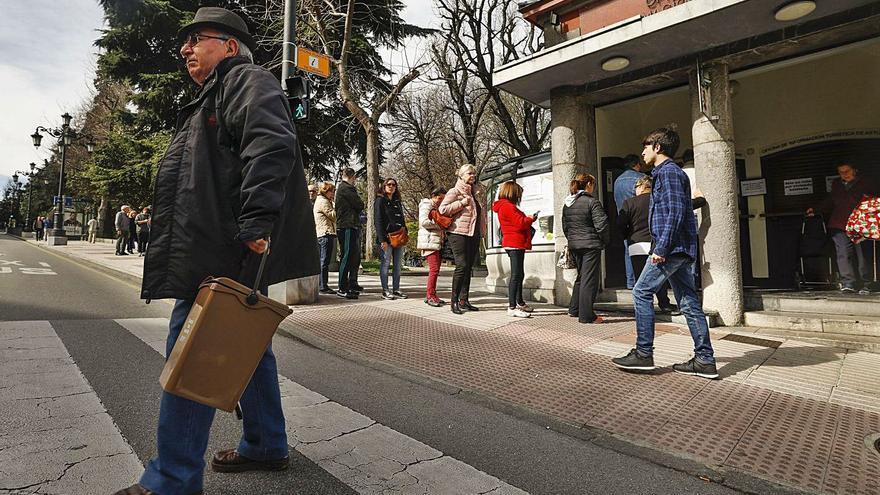 La mitad de los portales de Oviedo pierden 475 euros por no usar el cubo marrón de reciclar