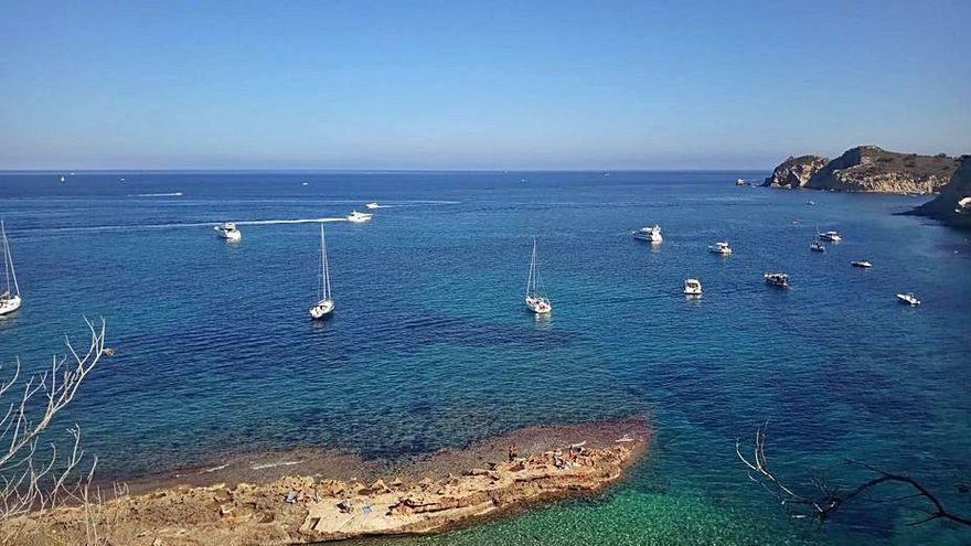 Las barcas fondean sobre la posidonia en Xàbia tras retirarse las boyas de amarre