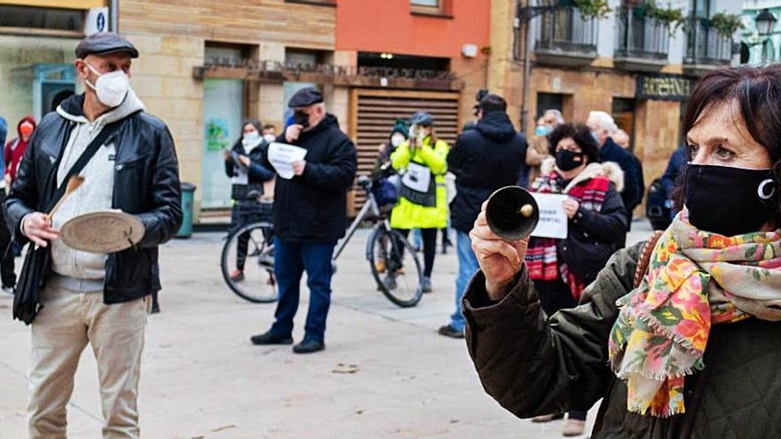 Cacerolada ante el Ayuntamiento contra la planta asfáltica de Priorio