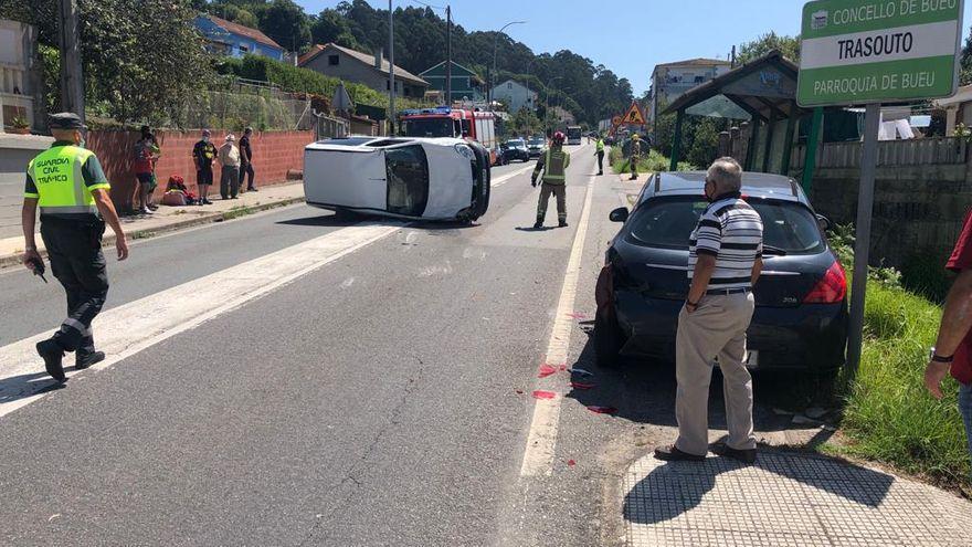 Heridas una madre y su hija tras volcar su furgoneta en Bueu