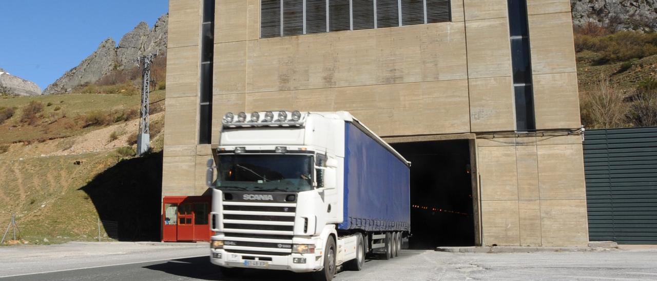 Un camión sale del túnel del Negrón.