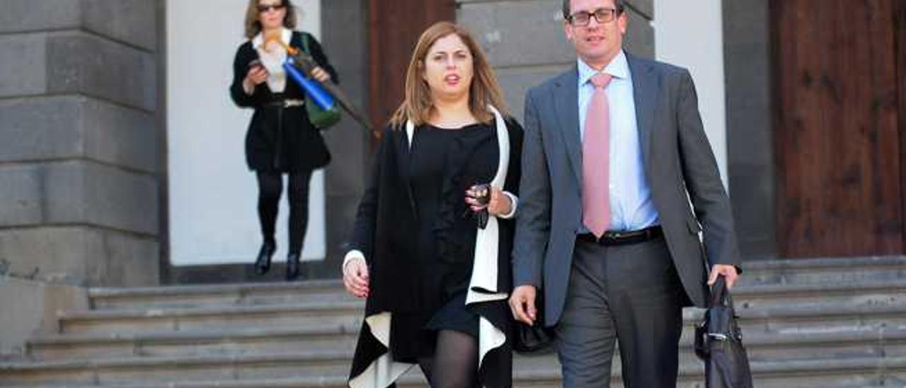 Los concejales Isabel Mena y Mauricio Roque, ayer, a la salida del pleno. Detrás, Mimi González.