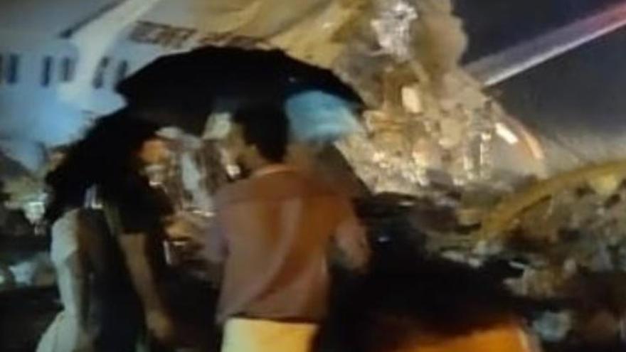 Vídeo   Un avión se estrella en la India