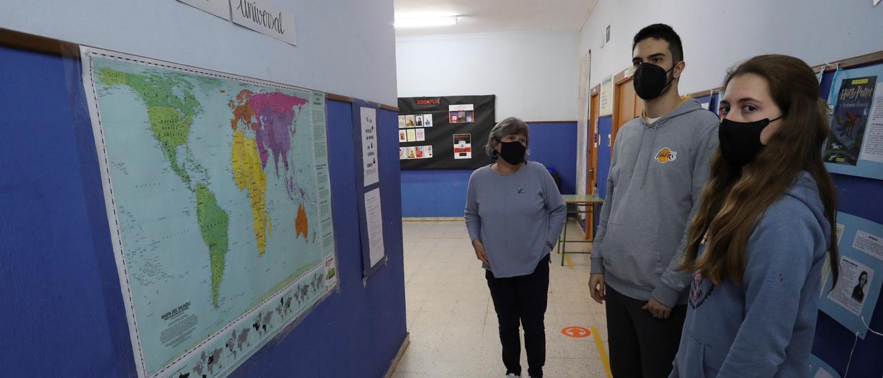 Mercedes Ruisánchez, Marcos González y Cristina Rubio, en uno de los pasillos del Carreño Miranda.