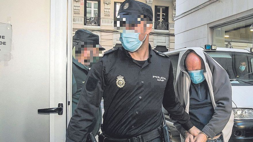 El acusado de asesinar a su exmujer a su llegada ayer a la Audiencia de Alicante