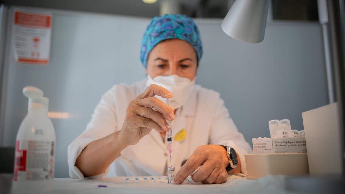 Una enfermera prepara una vacuna de Pfizer en Madrid.