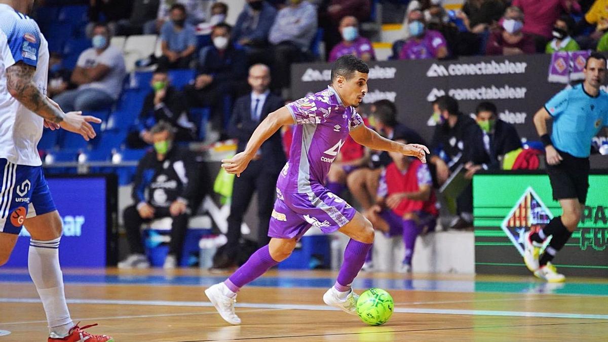 Hamza conduce el balón durante un partido de esta temporada. | PALMA FUTSAL