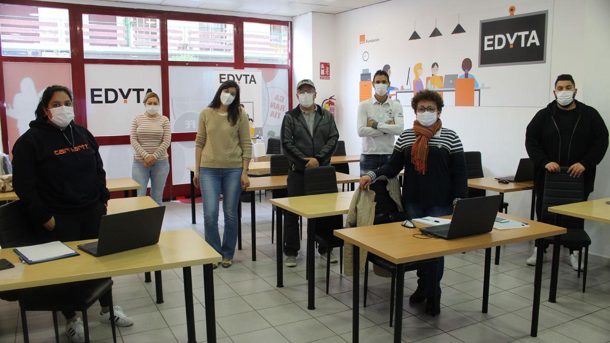 El alumnado del curso de Cáritas Huesca 'Trabajando en digital'.