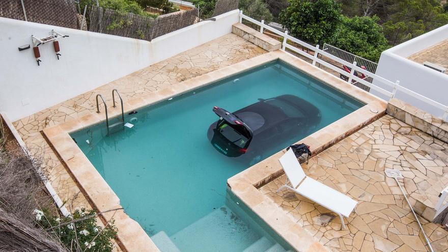 Un coche cae a una piscina de un barrio en Ibiza
