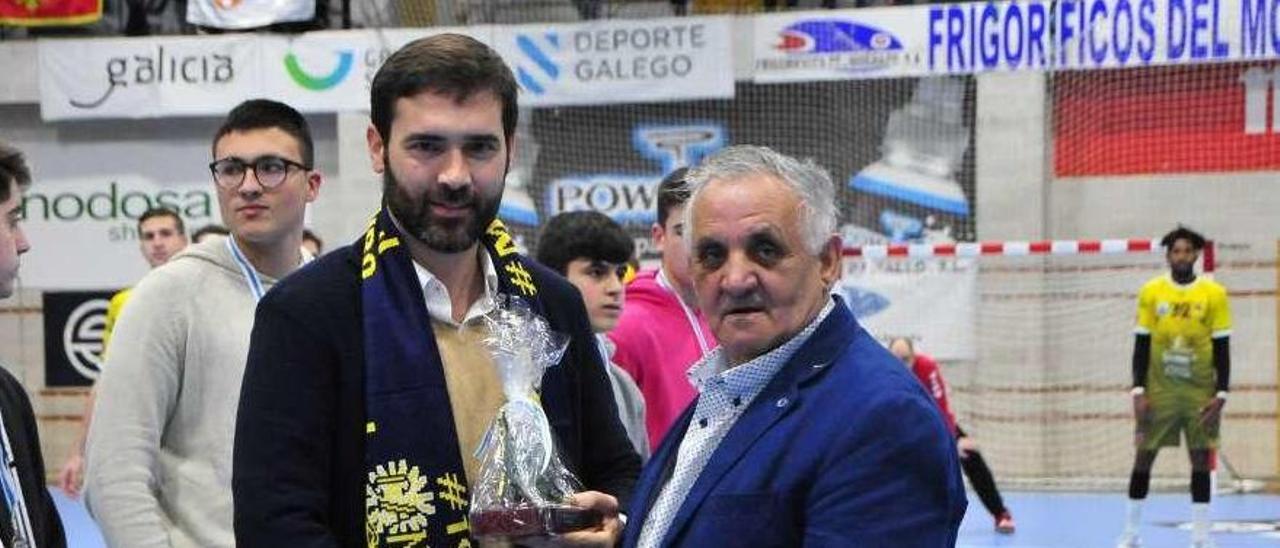 Eugenio González (derecha) junto al diputado provincial de Deportes, Gorka Gómez. // FDV