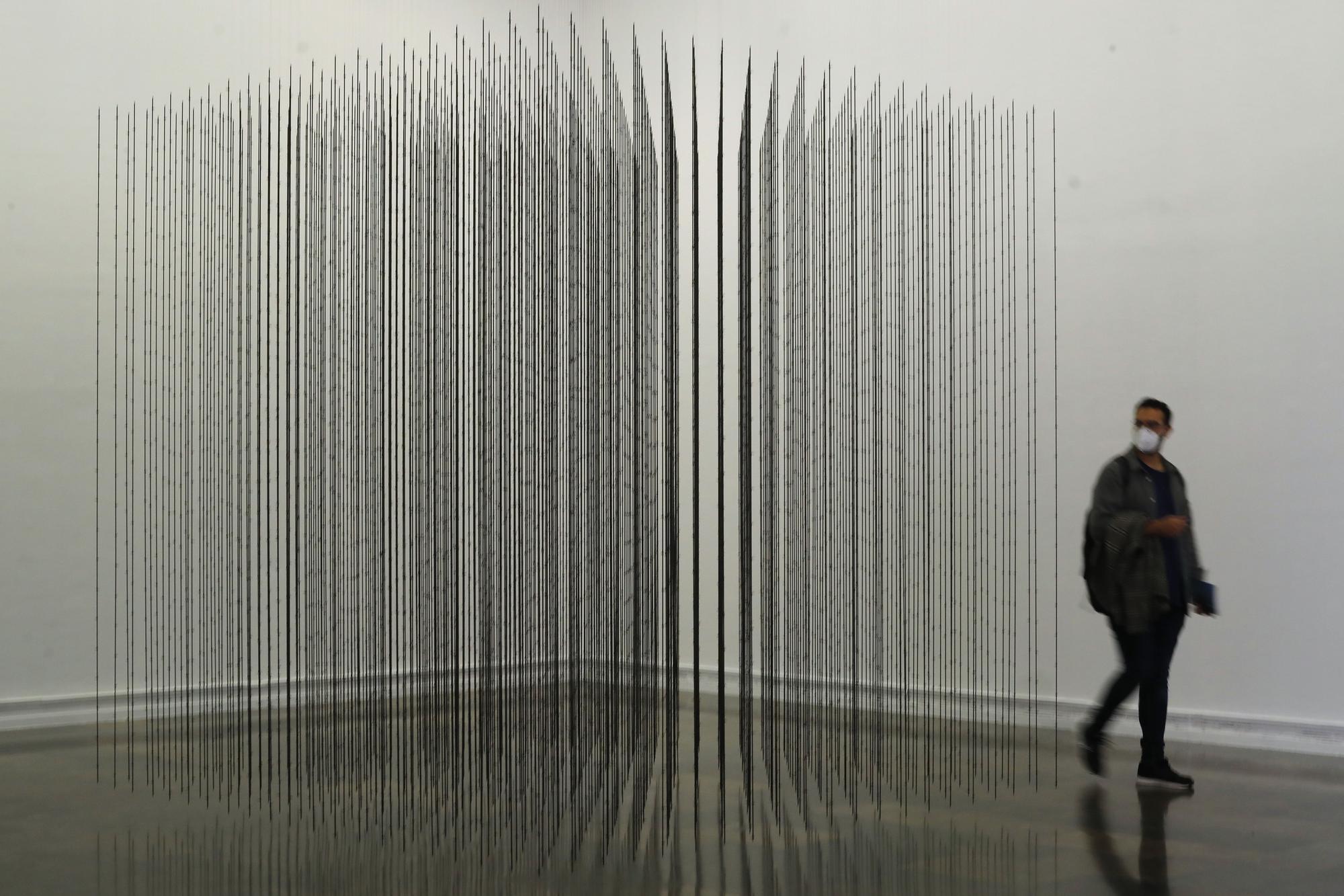 Mapas, luces y metal en la nueva exposición del IVAM