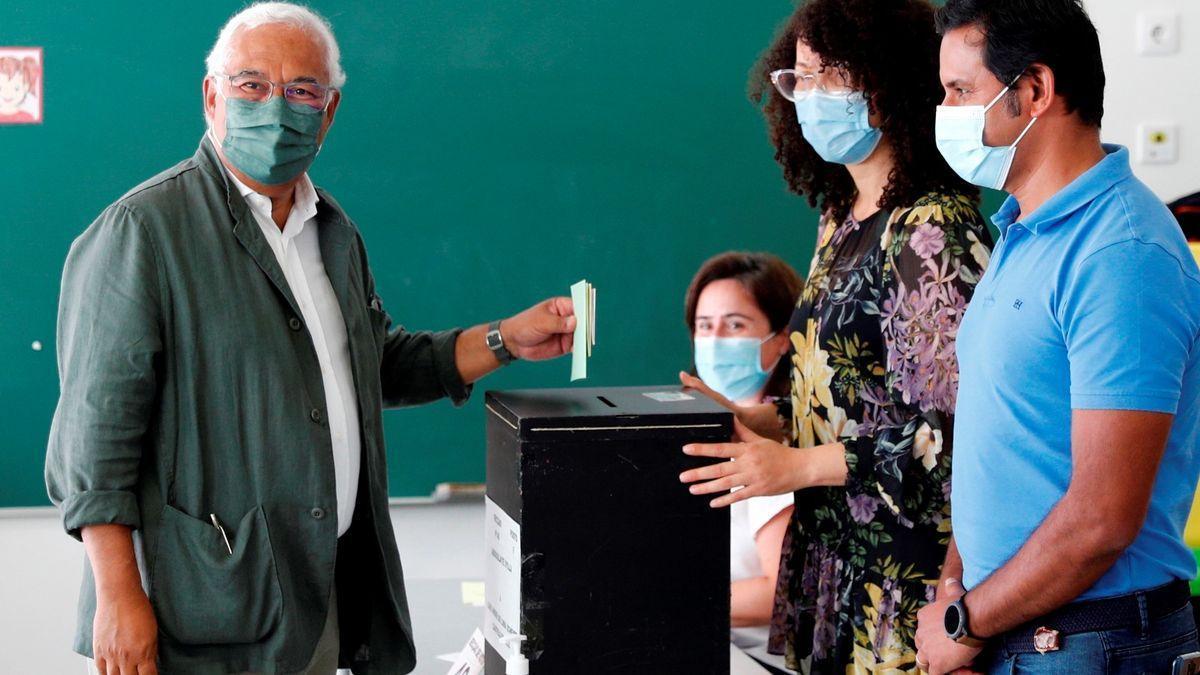 António Costa, primer ministro portugués, deposita su voto en Lisboa en las elecciones municipales.
