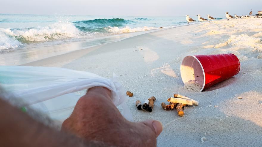 Así intoxican el mar las colillas de tabaco