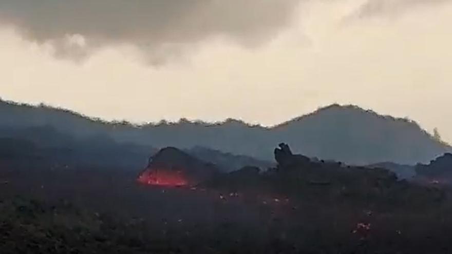 La colada del volcán de La Palma arrastra grandes bloques
