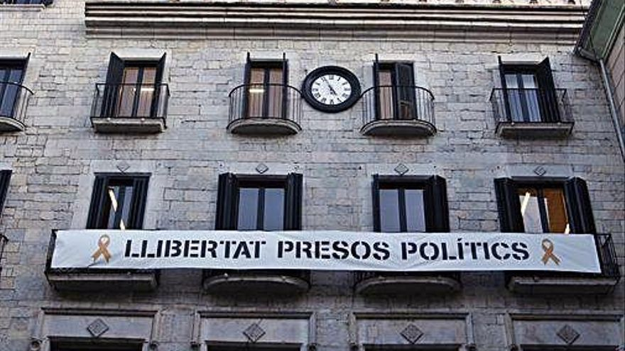 Donen dos dies a Girona per retirar la pancarta dels presos