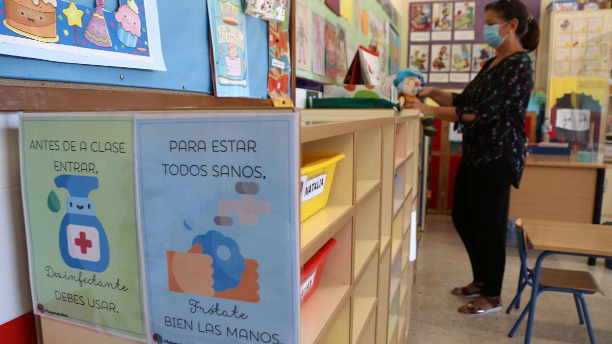 Preparativos en un colegio de la capital malagueña antes del inicio de curso en Infantil y Primaria.