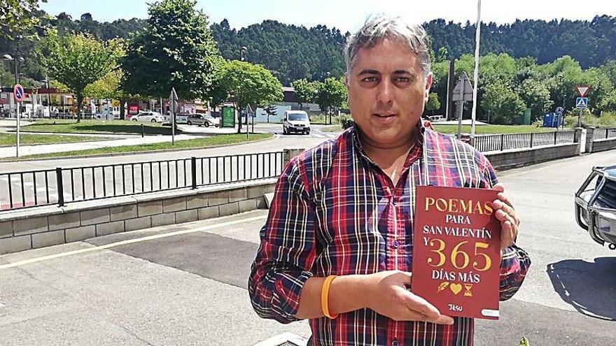 El escritor Jesús Menéndez debuta como poeta en Castrillón