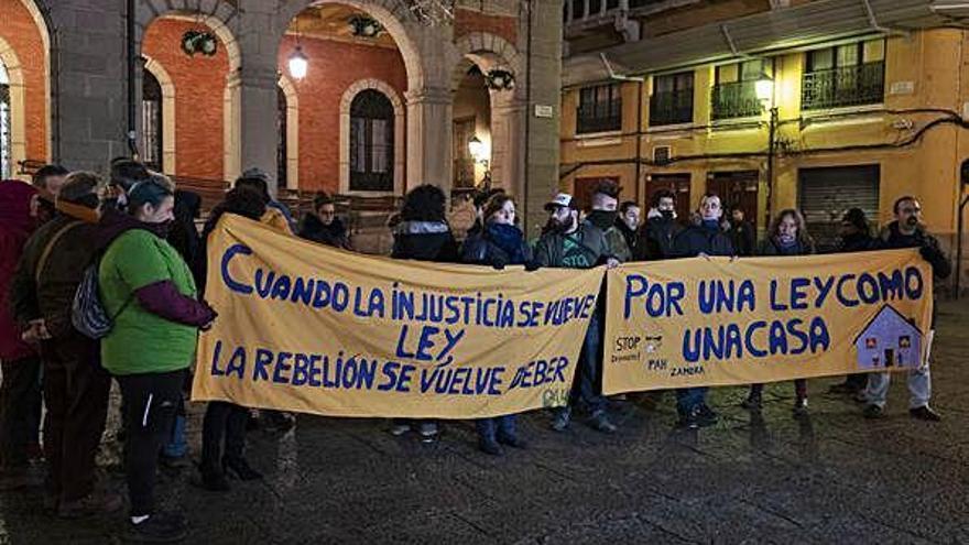 Nueva concentración de la PAH, anoche en la Plaza Mayor.
