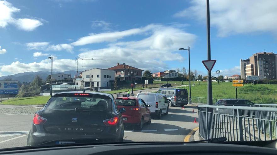 Atasco a la salida de Oviedo por un control de la Policía