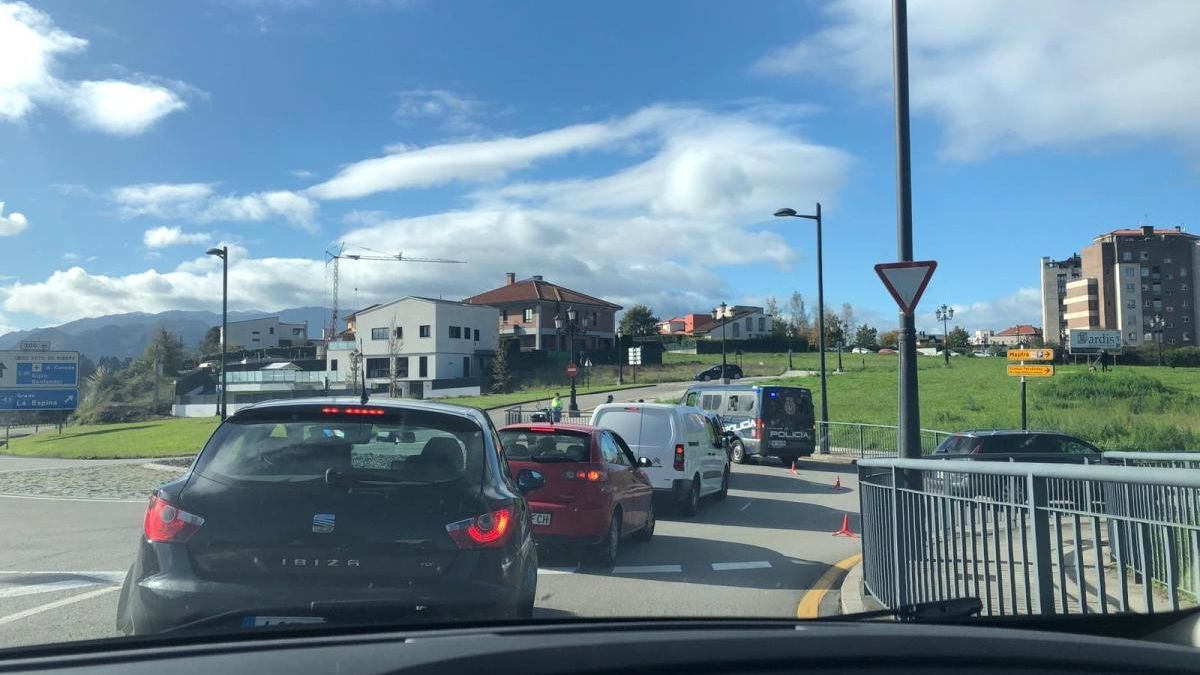 Vehículos atascados en la glorieta de Montecerrao.